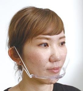 実際の装着画像。顎にフィットするパーツが取り付けられており、耳に架ける紐とあわせて安定させています。表情がよく見えることも確認できます。